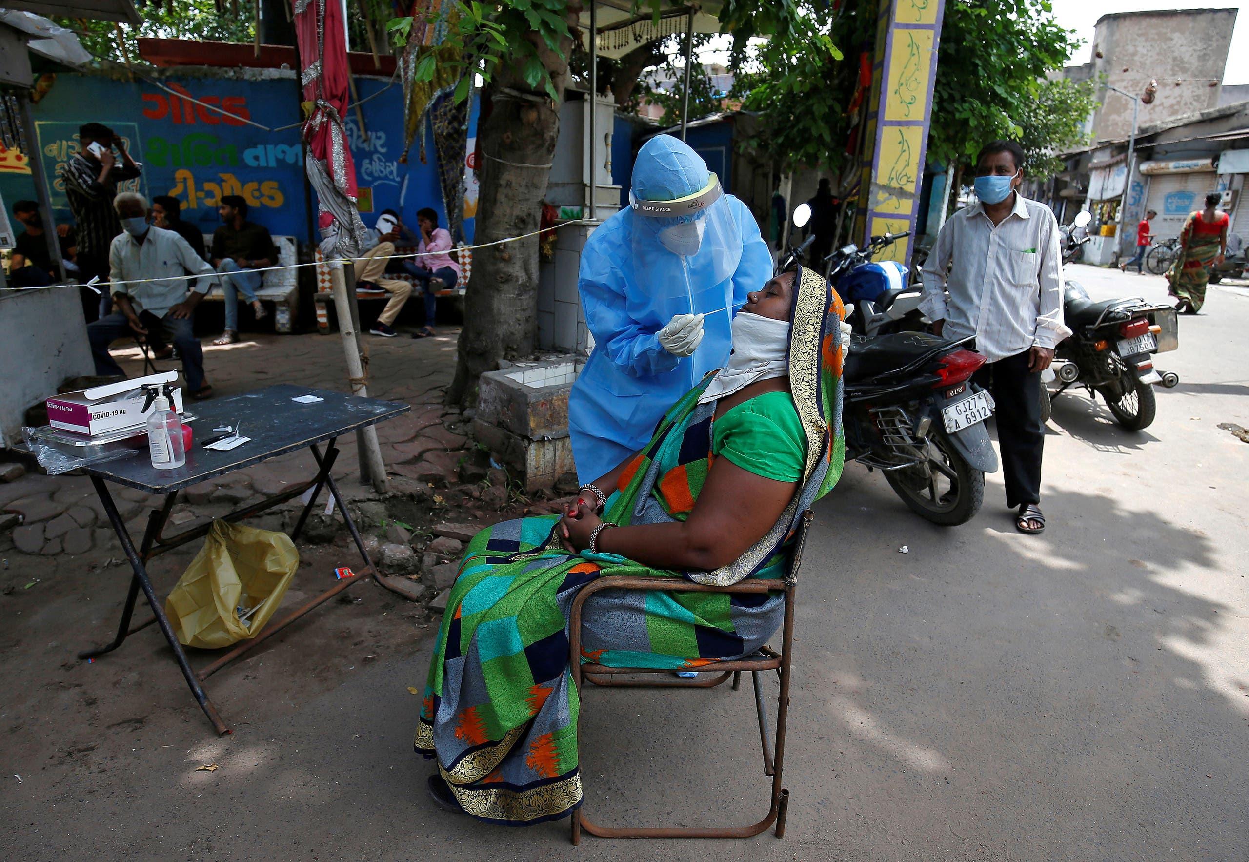 اختبار لكورونا في شوارع الهند