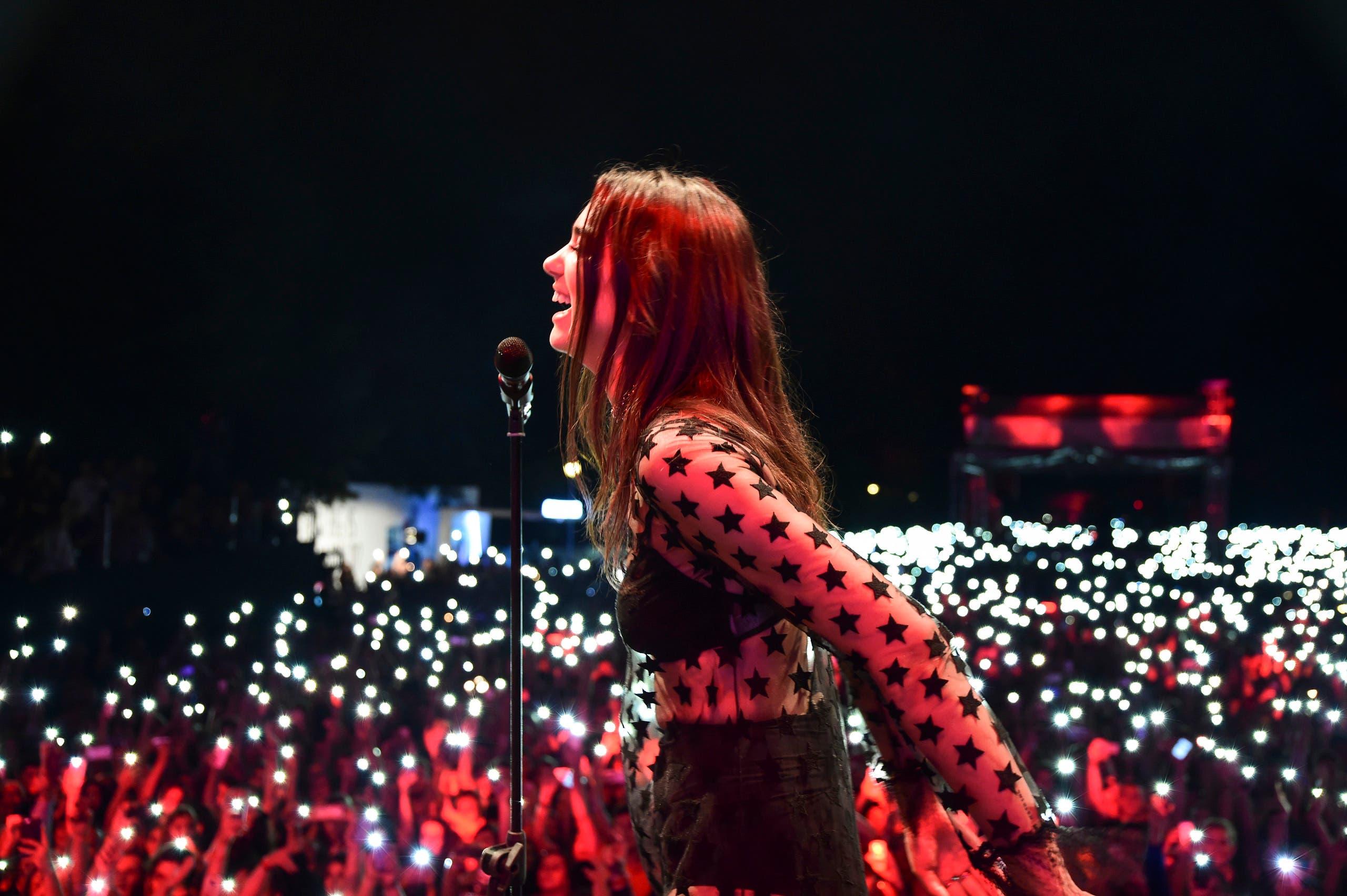 دوا ليبا تغني في حفل ببلدها كوسوفو