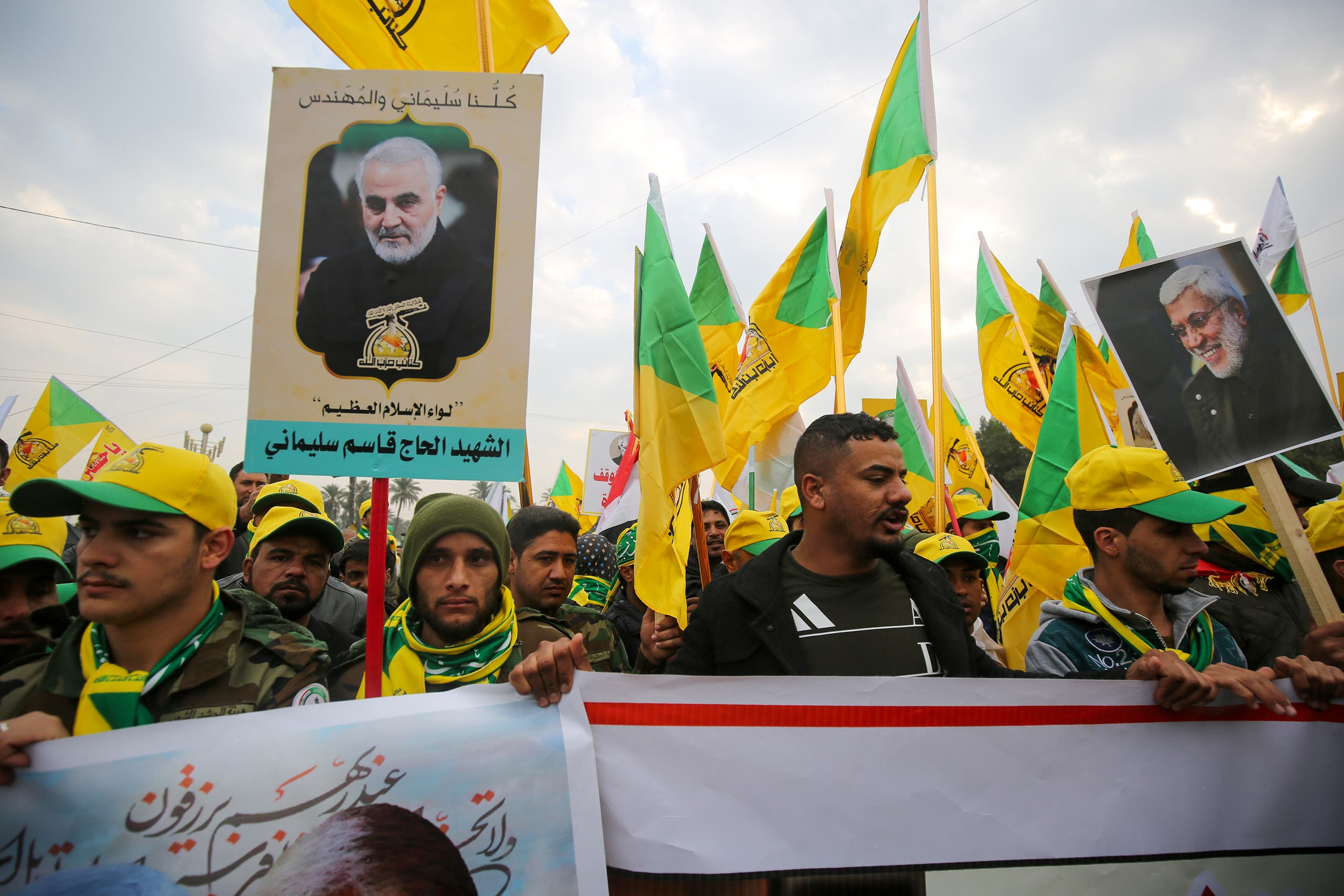 موالون لميليشيا الحشد الشعبي في العراق يرفعون صورة قائد فيلق القدس الإيراني السابق قاسم سليماني