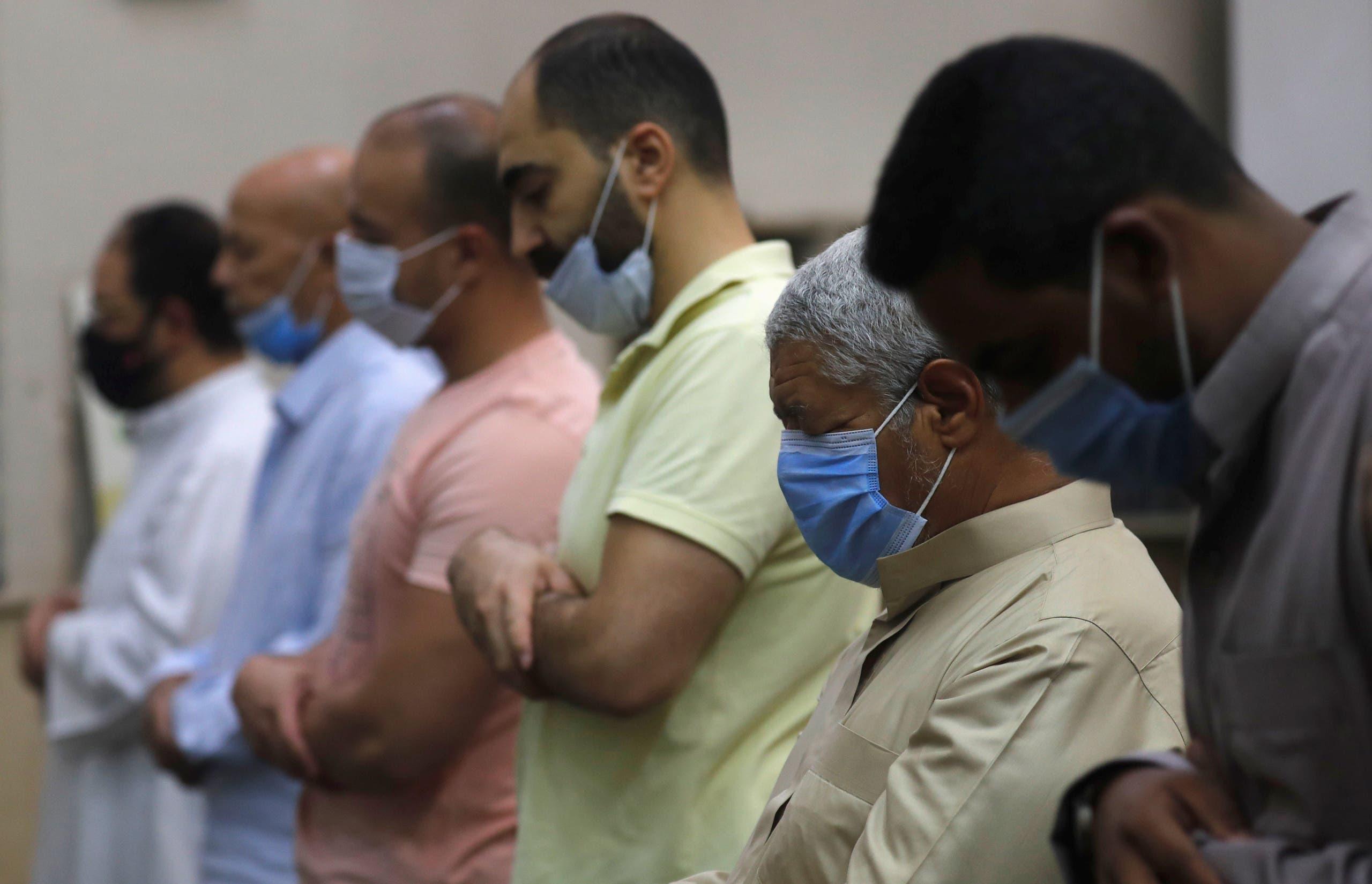 كمامات خلال الصلاة في أحد مساجد القاهرة