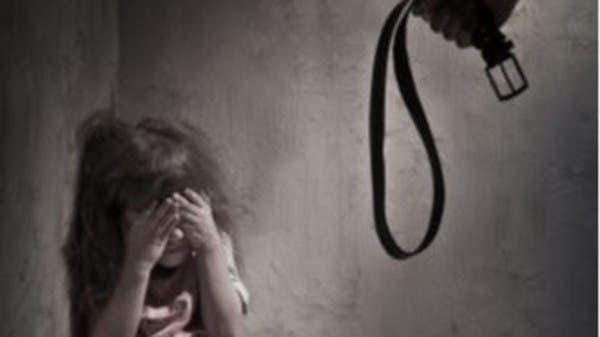 مصر.. والد يعذب ابنته ويقيدها بالسلاسل والسلطات تتدخل