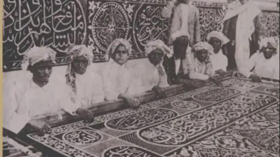 محموعة يقومون بصناعة أول كسوة للكعبة في السعودية (002)