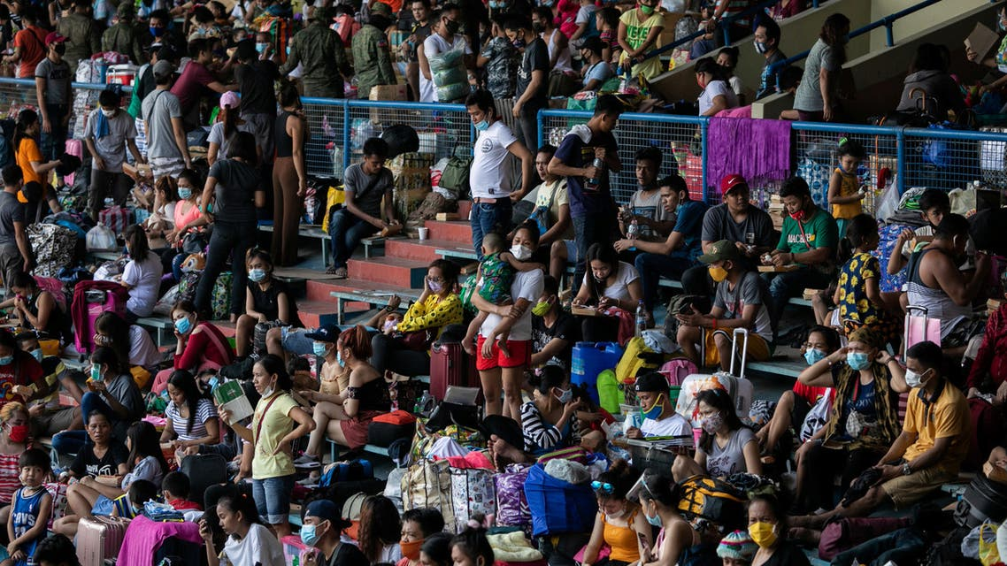 Filipinos stranded due to the coronavirus disease (COVID-19) restrictions cram inside a baseball stadium for a government transportation program that while transport them back to their provinces, in Rizal Memorial Sports Complex, Manila, Philippines, July 25, 2020. (Reuters)