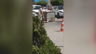 سخط العراقيين على إيران بسبب صورة رجل يأكل من القمامة