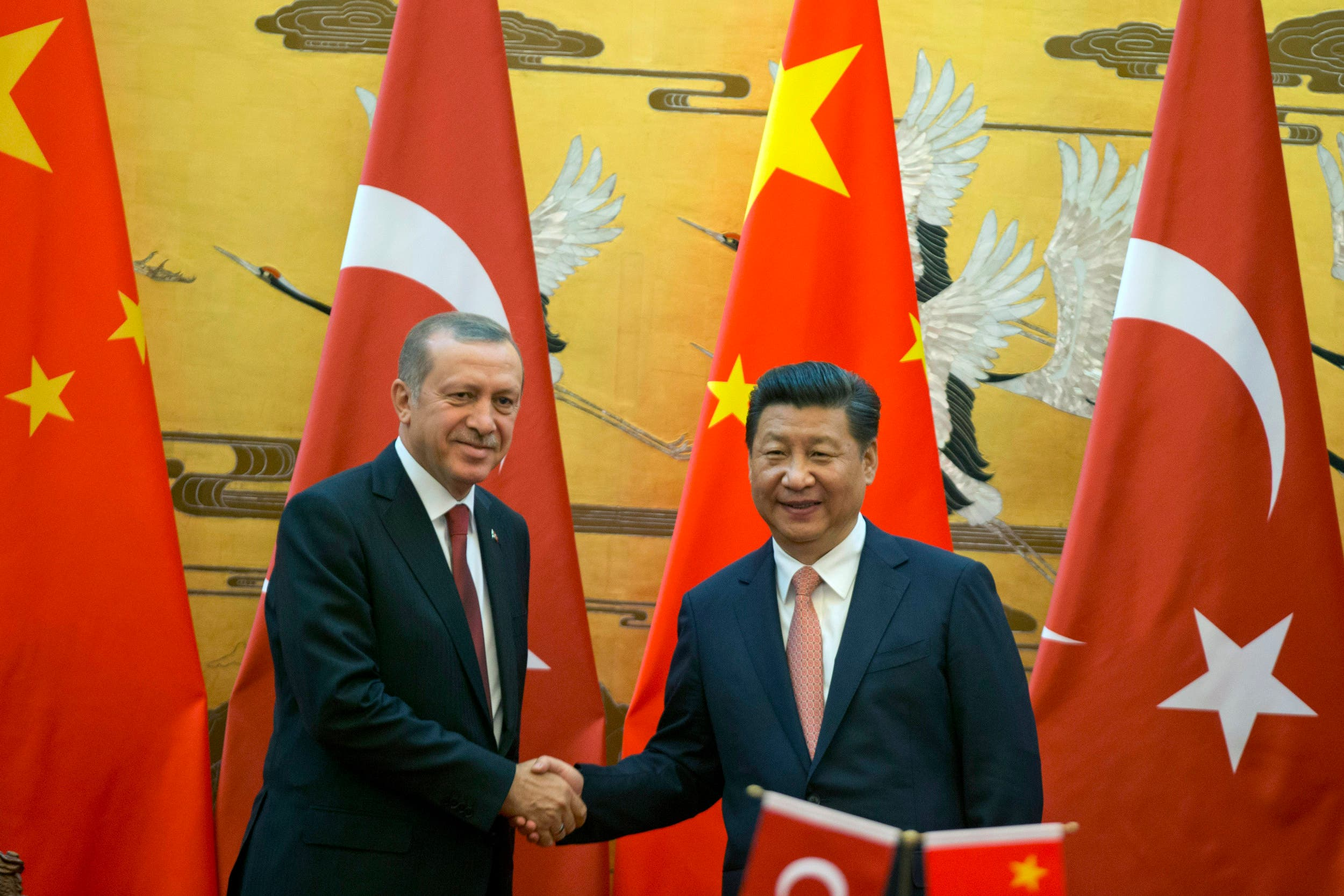 Chinese President Xi Jinping, right shakes hands with Turkey's President Recep Tayyip Erdogan, as they attend a signing ceremony in Beijing, on July 29, 2015. (File photo: AP)