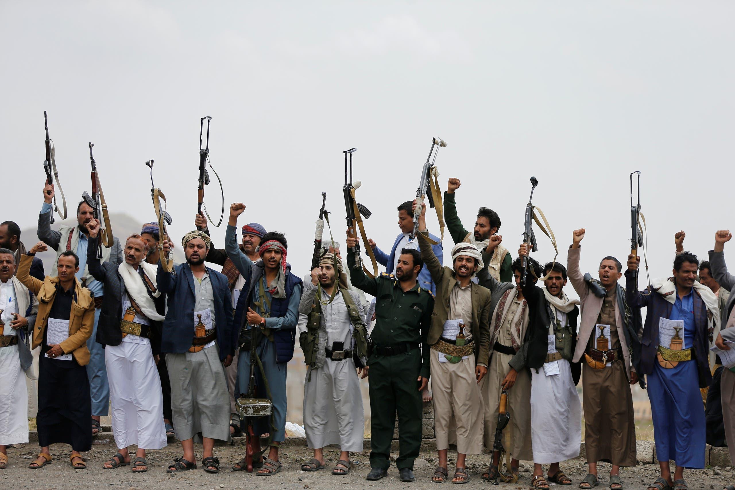 مقاتلون حوثيون يشهرون سلاحهم في صنعاء