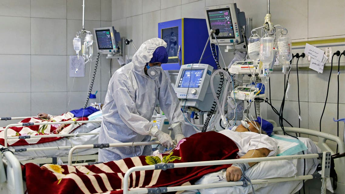 An Iranian medic treats a patient infected with the COVID-19 virus at a hospital in Tehran on March 1, 2020. (File photo: AFP)