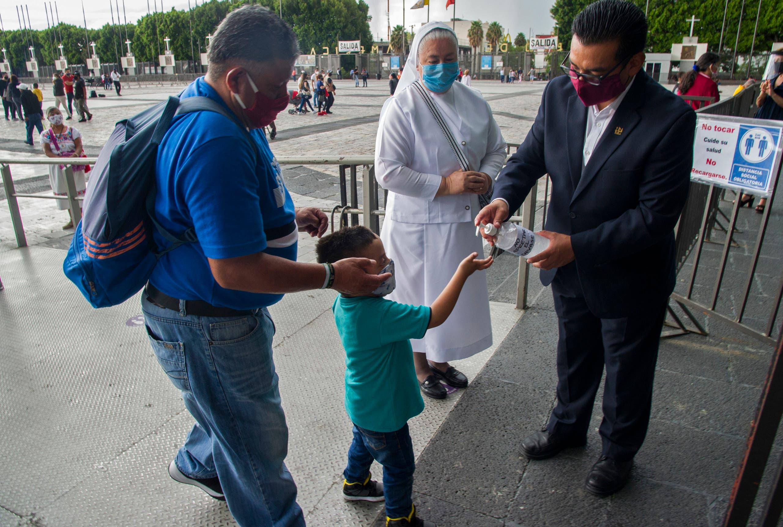 توزيع معقم اليدين على مدخل كنيسة في المكسيك