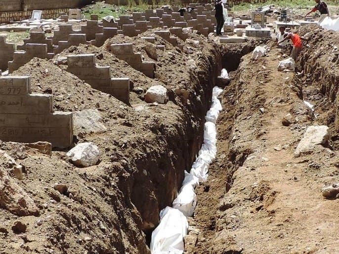 الحوثي يدفن 715 جثة.. وتساؤلات حول هويتها