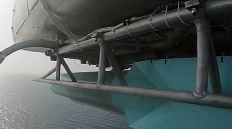 هليكوبتر للحرس الثوري تطلق صاروخاً على حاملة الطائرات الوهمية