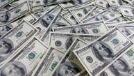 الدولار يصعد وسط مخاوف سياسية واقتصادية