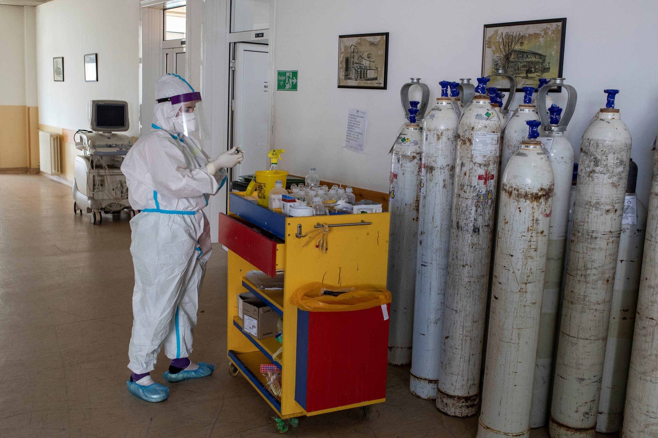 ممرضة تعمل في مستشفى يعالج فيه مصابو كورونا في صربيا