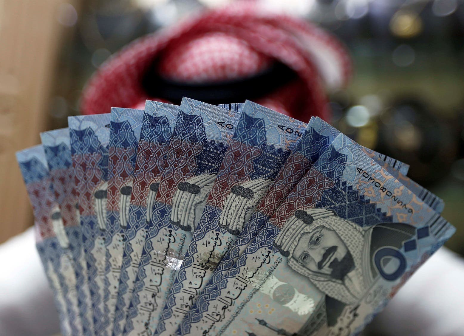 A Saudi money changer displays Saudi Riyal banknotes at a currency exchange shop in Riyadh, Saudi Arabia, July 27, 2017. (Reuters)