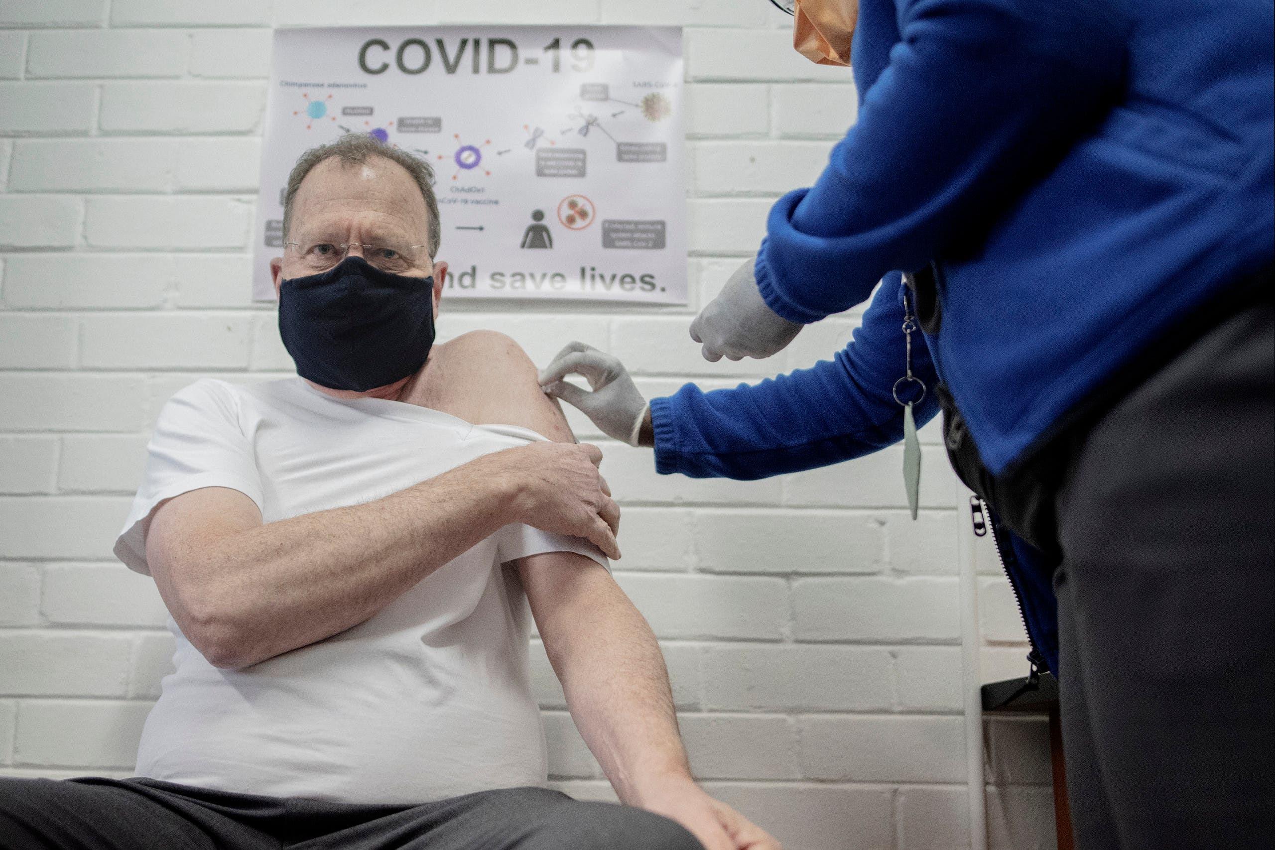 متطوع يتلقى جرعة من لقاح قيد التطوير لكورونا في جنوب إفريقيا
