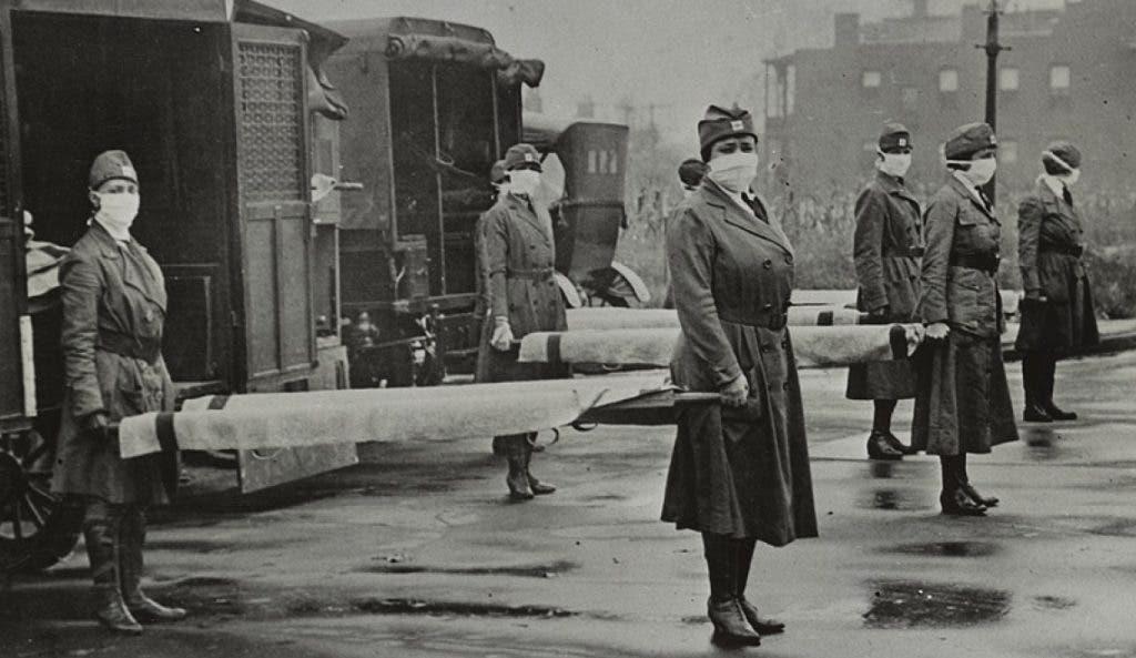 صورة للإستعداد لنقل المصابين بالأنفلونزا الإسبانية بالولايات المتحدة الأميركية