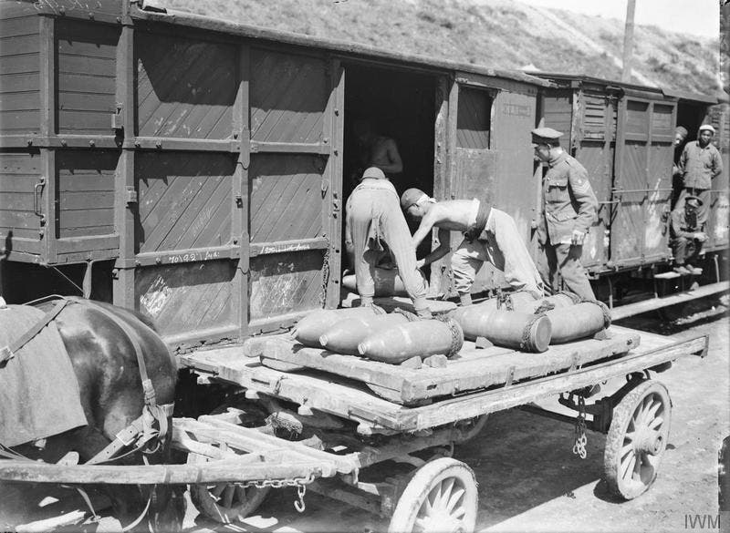 مجموعة من العمال الصينيين أثناء نقل الذخيرة