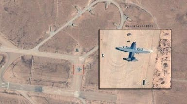 طائرة تركية تفرغ حمولتها بقاعدة الوطية الليبية