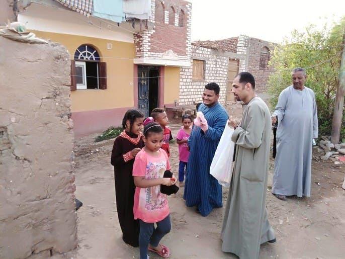 صور.. أقباط يوزعون هدايا العيد على أطفال المسلمين بصعيد مصر