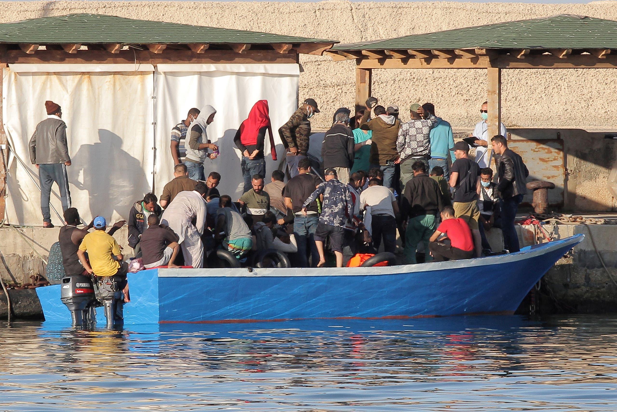 مهاجرون في جزيرة لامبيدوزا بجنوب إيطاليا
