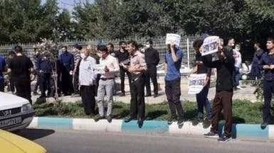 أسر محكومين بالإعدام في إيران يحتشدون أمام السجن