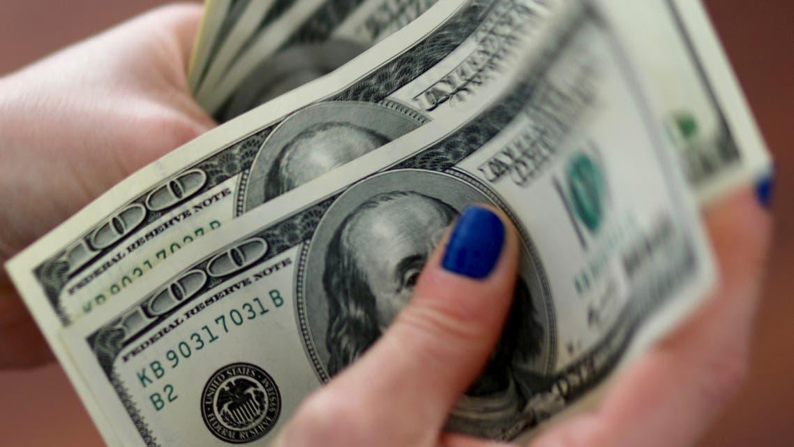A woman counts U.S. dollar bills. (File photo: Reuters)