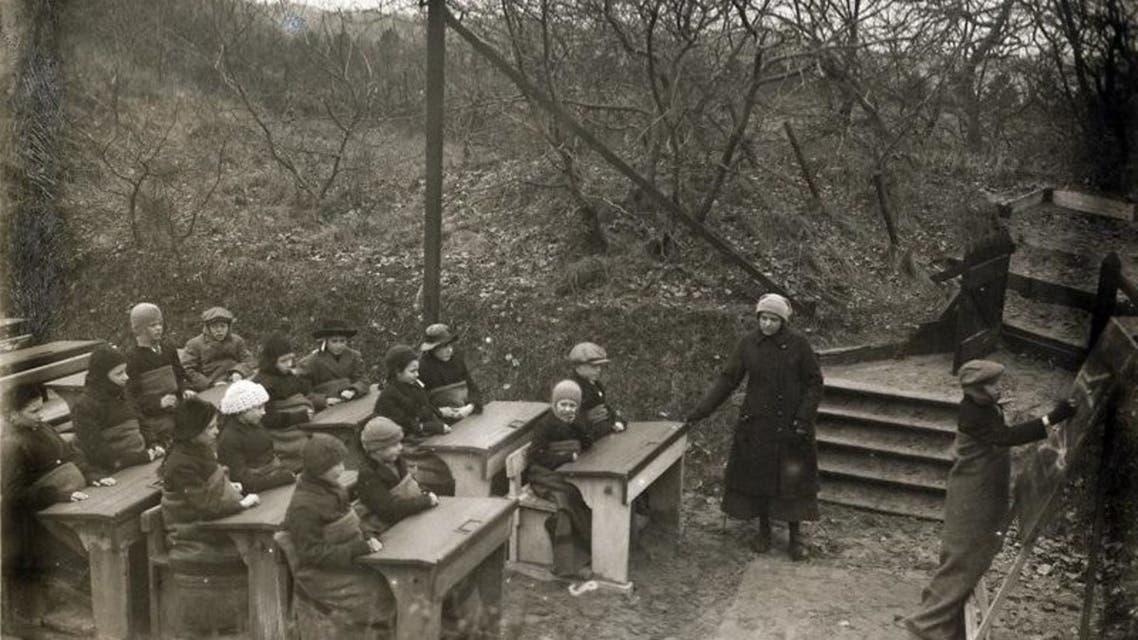 صورة لتلاميذ أثناء دراستهم بإحدى الغابات