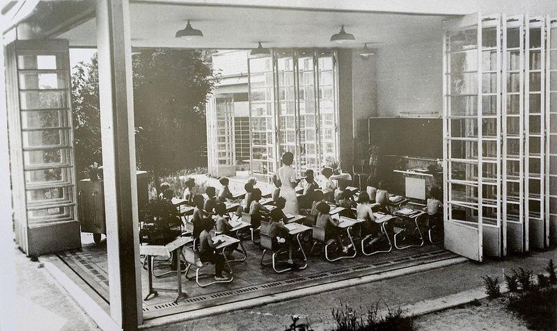 صورة تجسد فصلا دراسيا بدون جدران