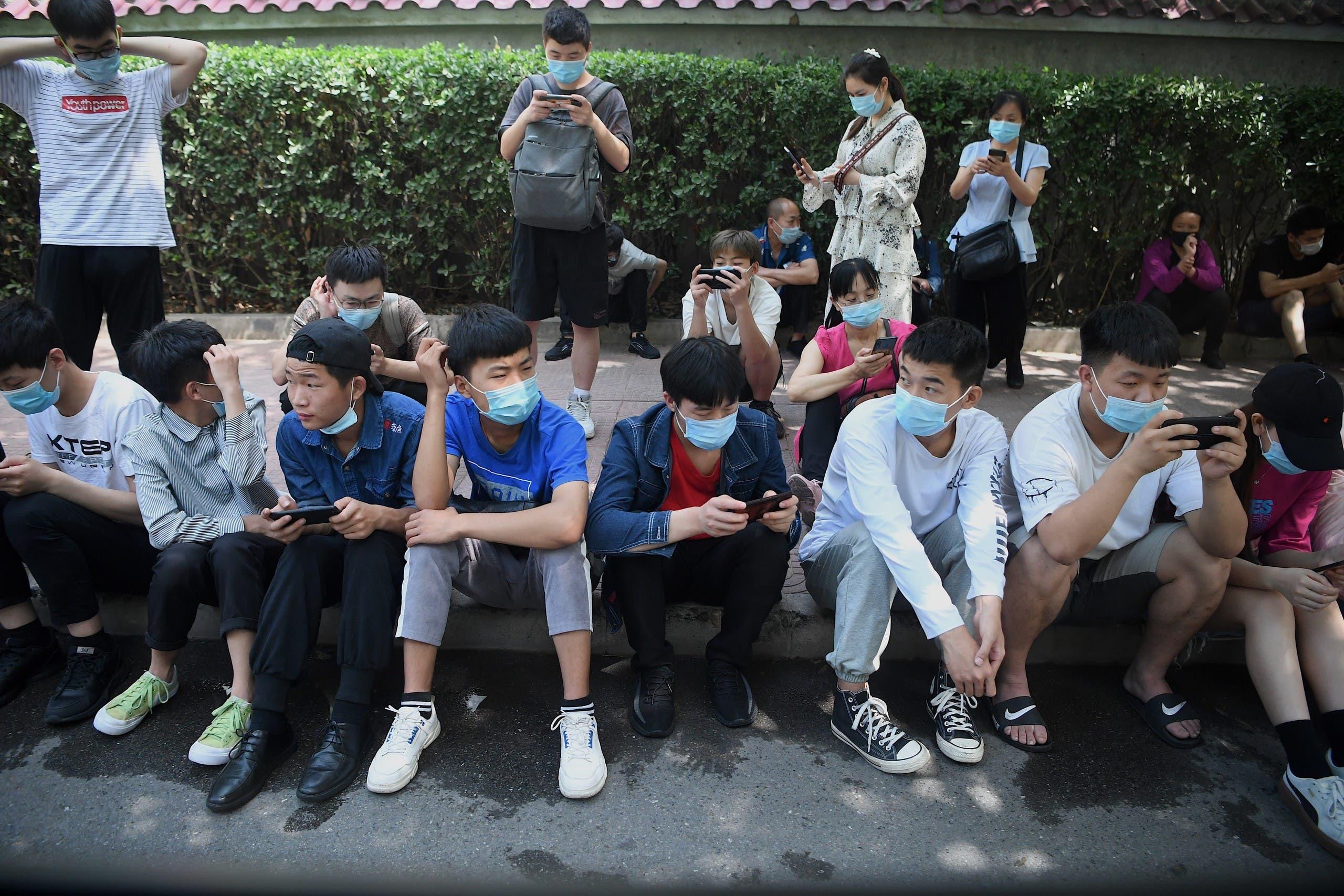 مراهقون ينتظرون للخضوع لفحص كورونا في بكين