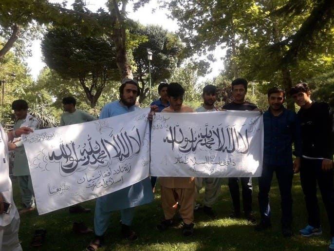 بالصور.. طالبان يحتفلون براياتهم وسط طهران