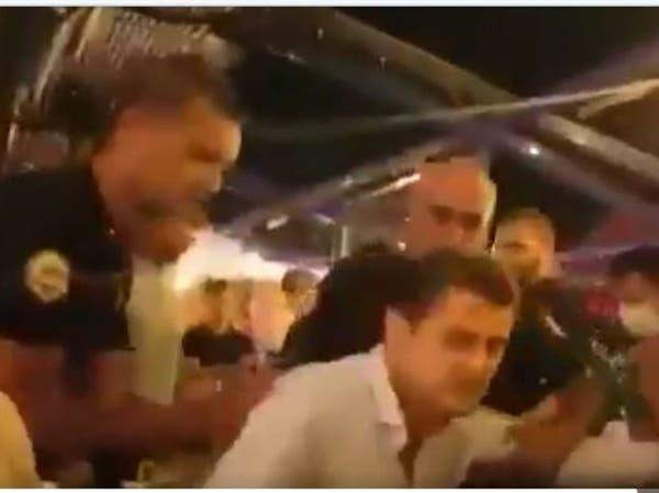 شاهد الشرطة التركية تحتجز رئيس نقابة محامين في مطعم