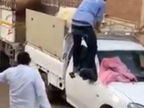 فيديو كوميدي بمصر.. نصيحة انقلبت لمحاولة هروب كارثية