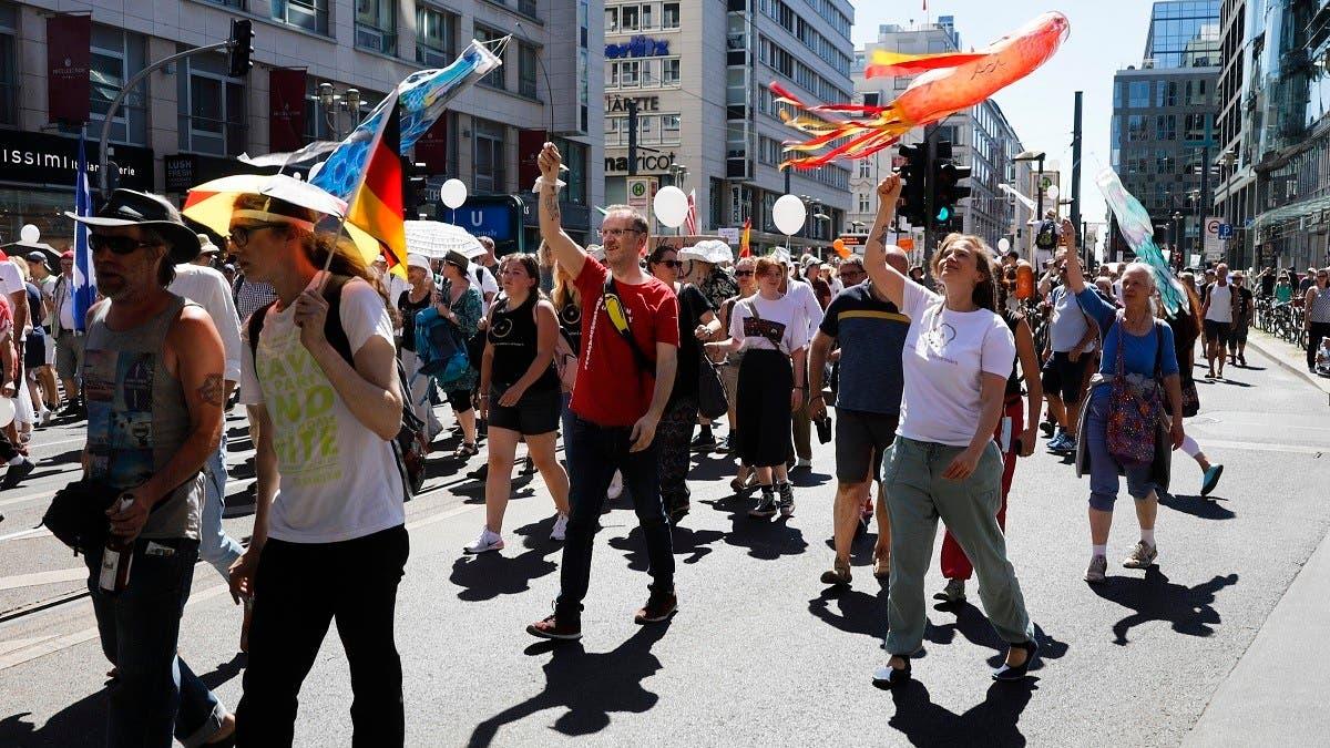 Berlin demonstrators decry coronavirus curbs as violating rights, freedoms thumbnail