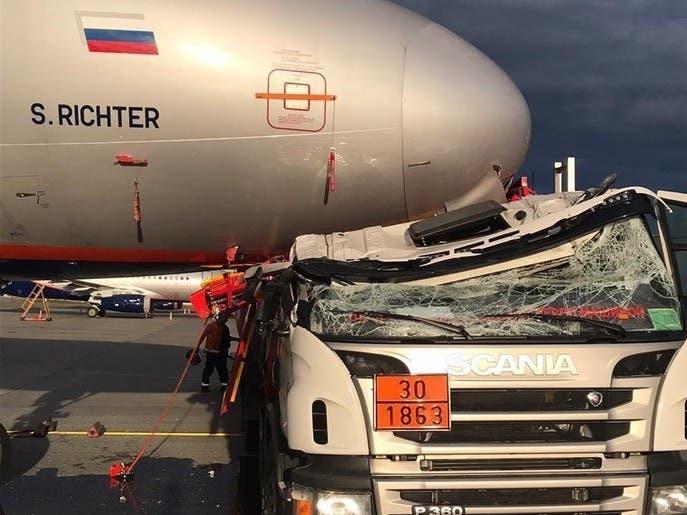 شاهد شاحنة وقود تصطدم بطائرة ركاب في روسيا