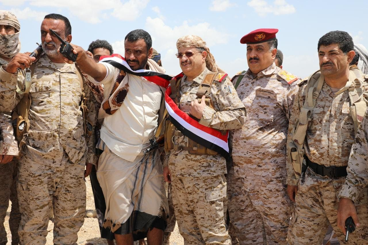 وزير الدفاع اليمني الفريق محمد المقدشي خلال زيارته لجبهة نهم