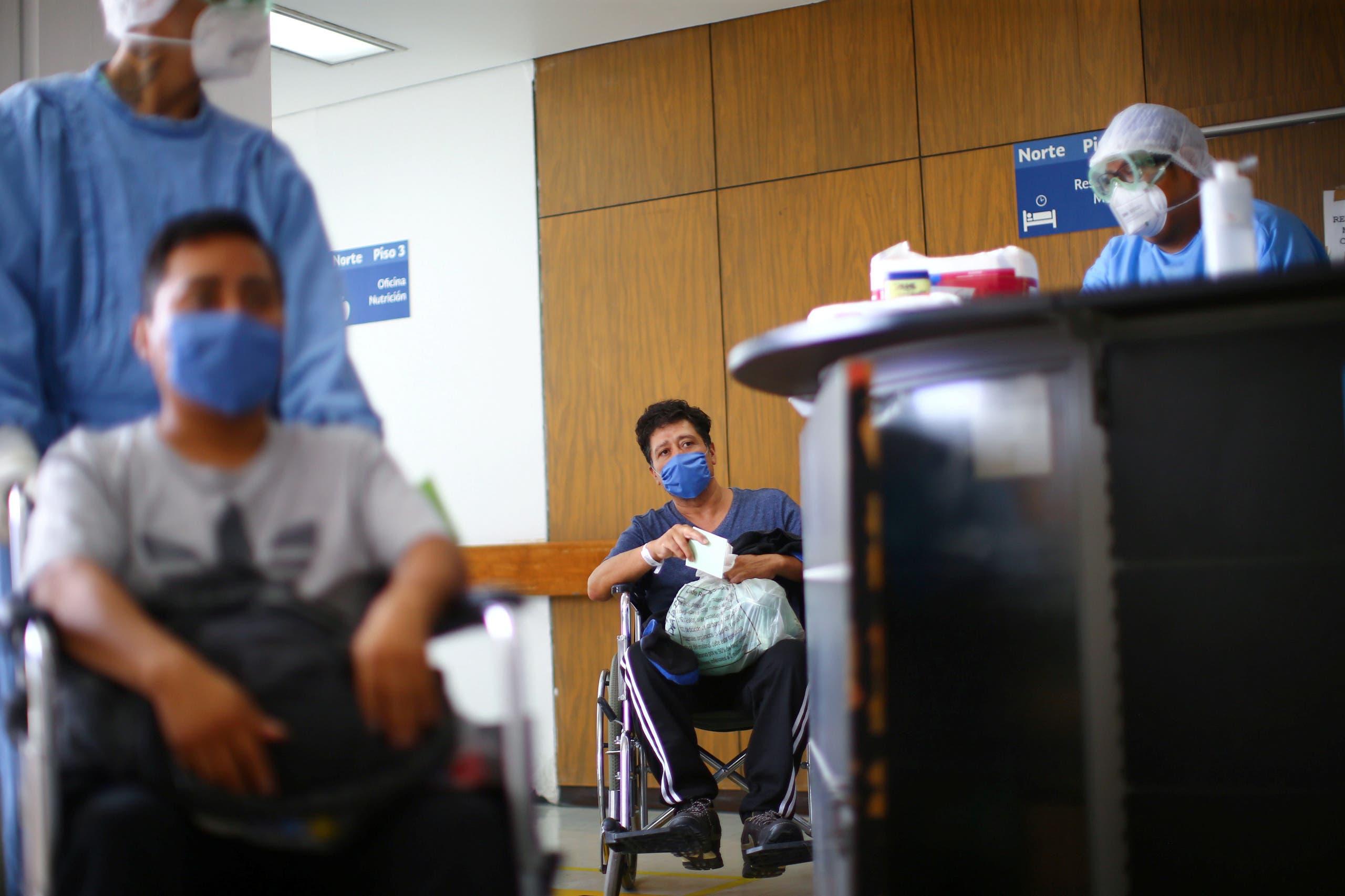 شخص تعافى من كورونا يغادر المستشفى في المكسيك