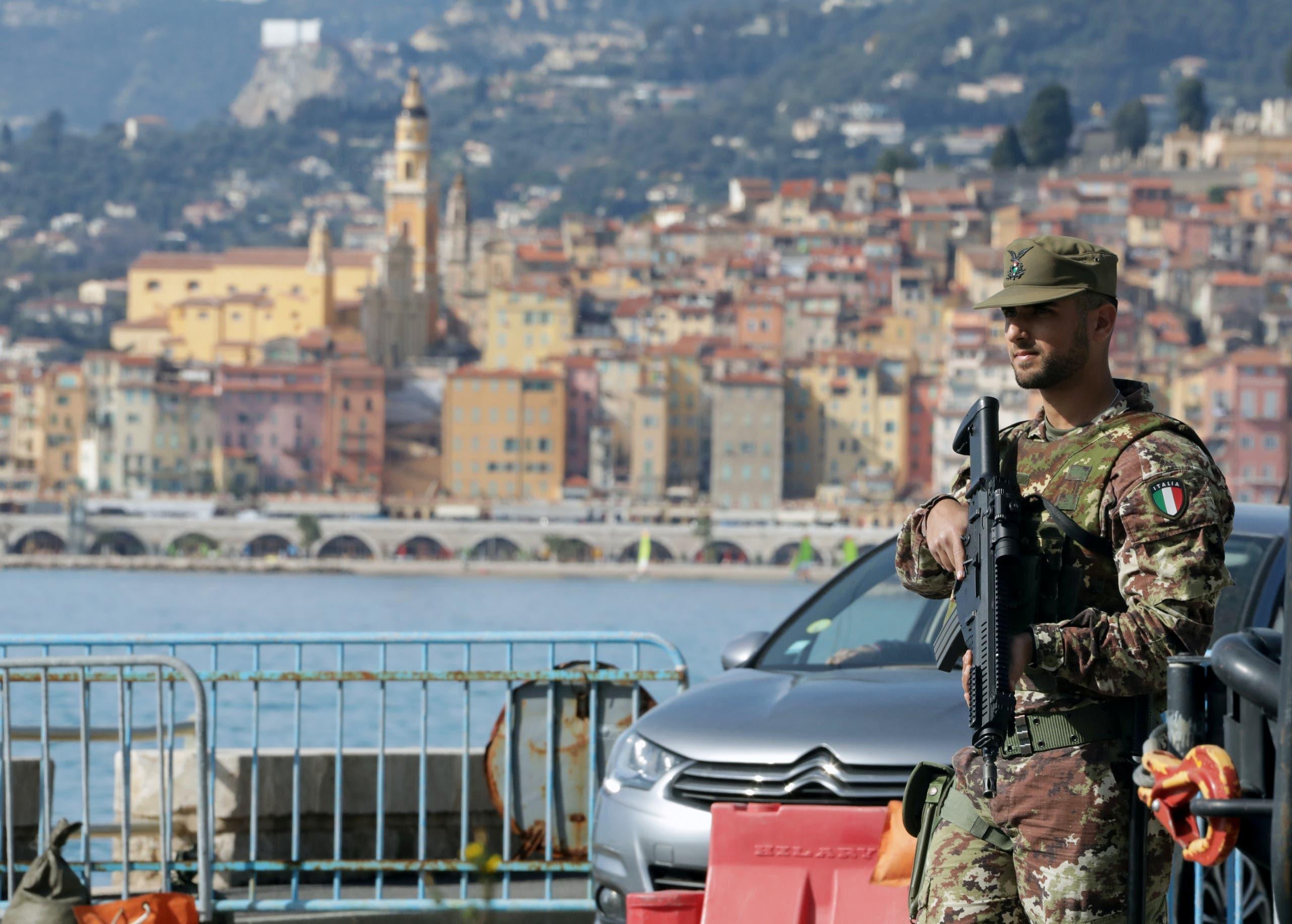 جندي إيطالي على حدود فرنسا