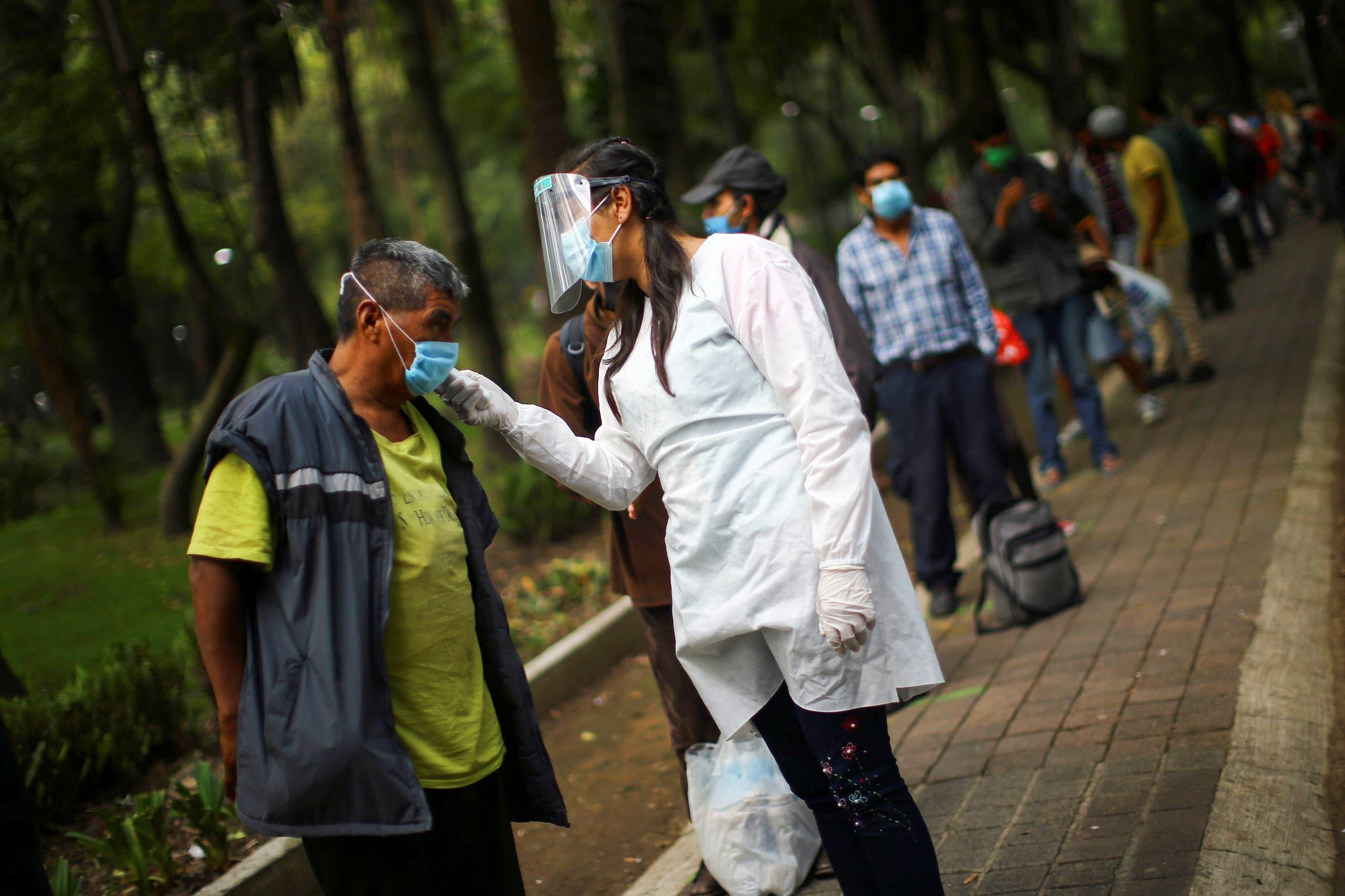 ممرضة تقيس حرارة سكان في مكسيكو في حديقة عامة