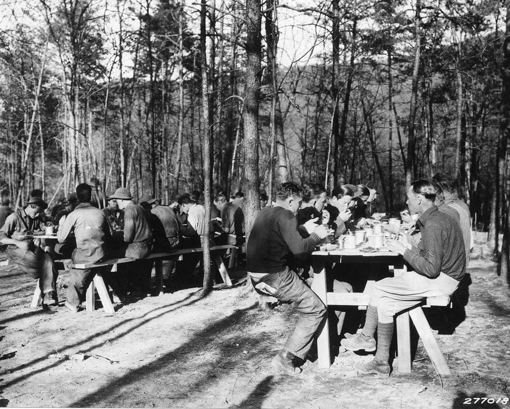 صورة لعدد من المنتدبين أثناء تناولهم لفطور الصباح بالغابة
