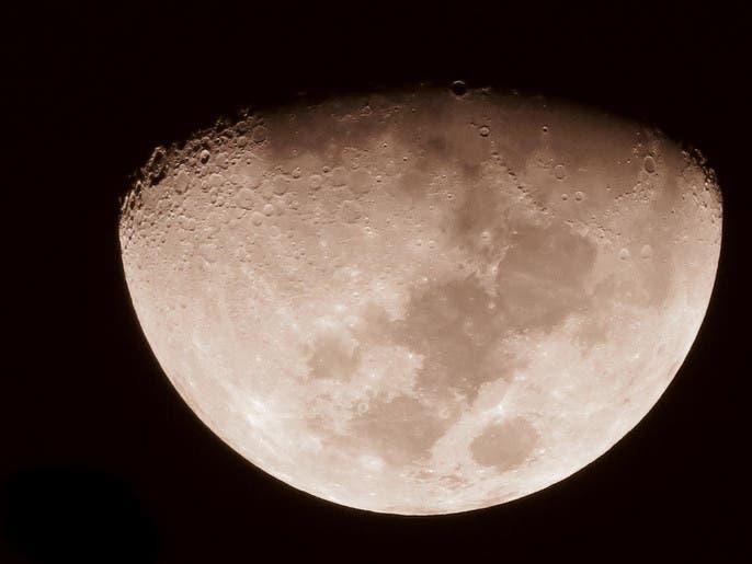 """كنقطة ذهبية.. الليلة نشاهد """"القمر الأحدب"""" في السماء"""