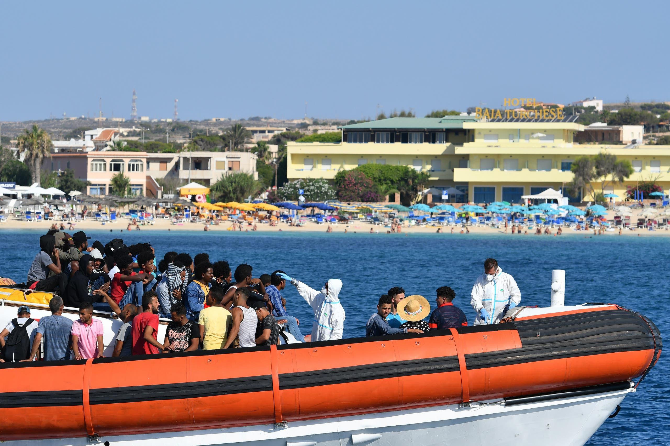 فحص حرارة مهاجرين وصلوا إلى الجزيرة