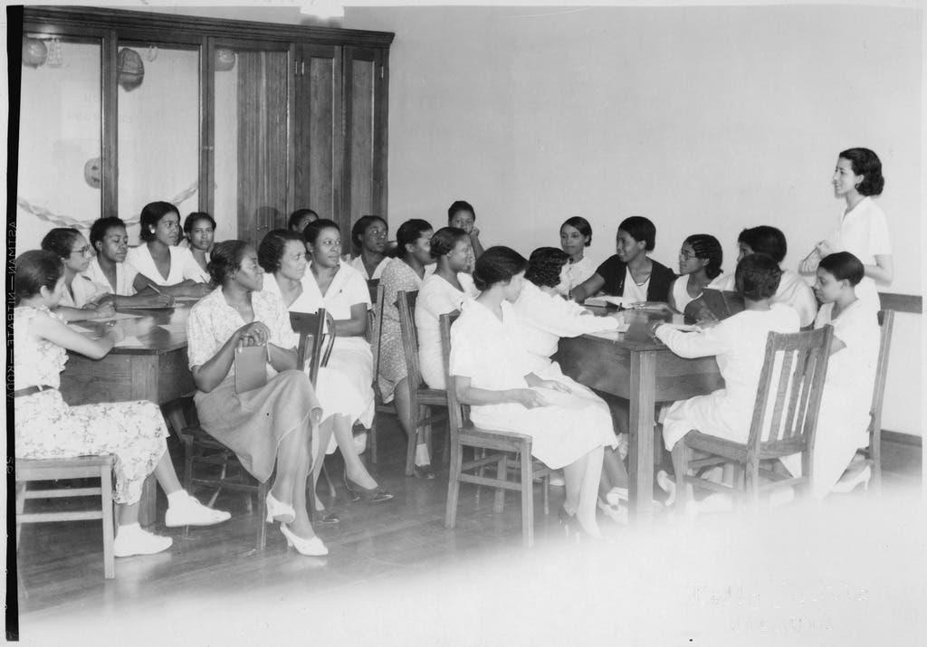 صورة لجانب من عمليات الإحاطة النفسية بعدد من النساء اللوات فقدن وظائفهن