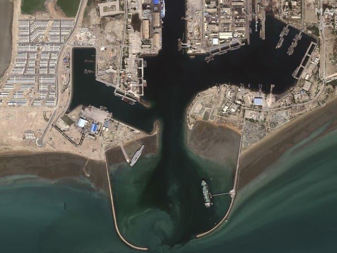 بالصور.. حاملة إيران الوهمية تنقلب أمام ميناء بندر عباس