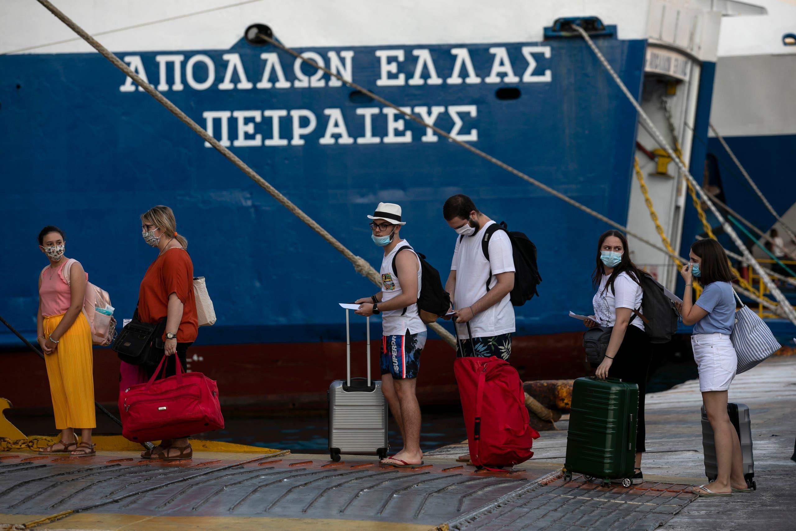 اكتظاظ خلال انتظار العبارات للتنقل بين الجزر اليونانية