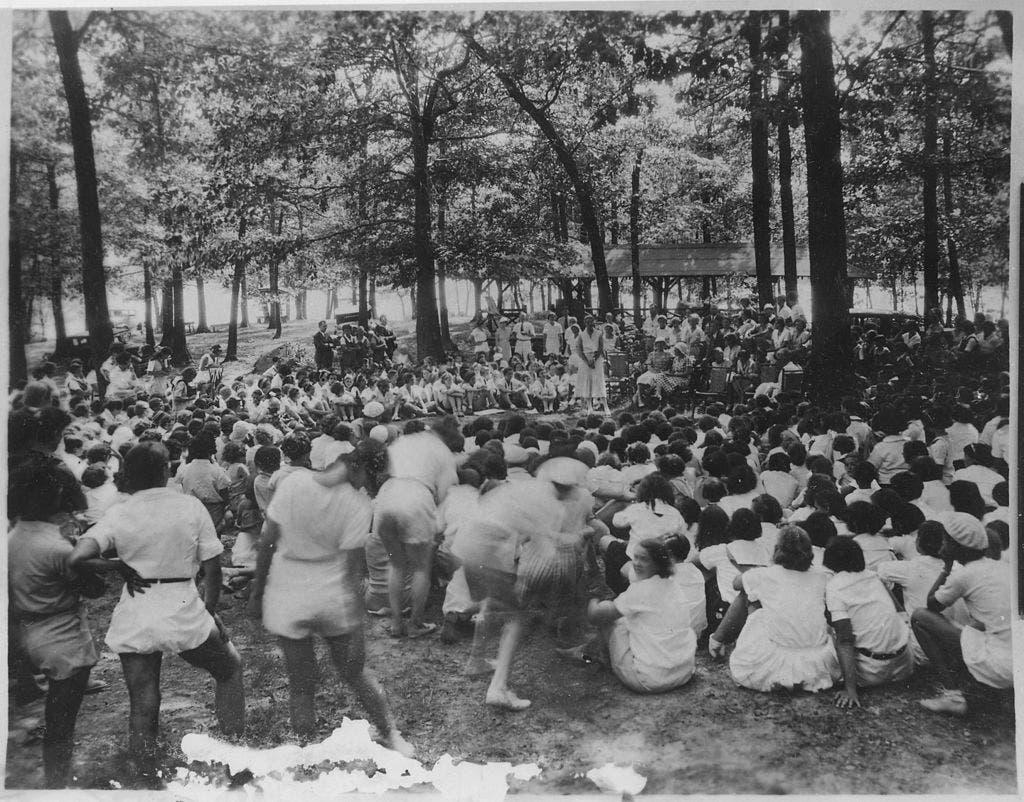 صورة لعدد من النساء بأحد المعسكرات النسائية بنيويورك