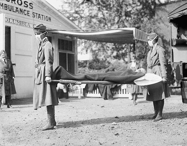 صورة لعملية نقل أحد ضحايا الإنفلونزا الإسبانية