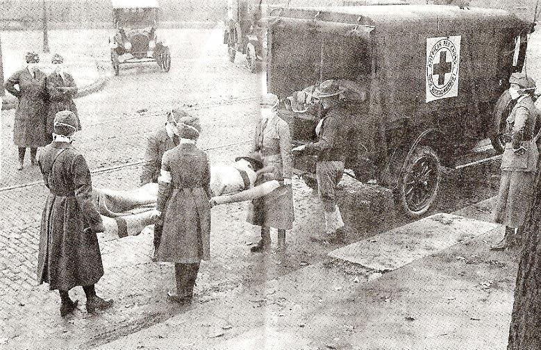 صورة لعملية نقل أحد المصابين بالإنفلونزا الإسبانية بالولايات المتحدة
