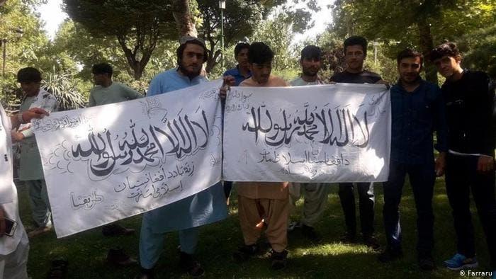 رفع علم طالبان في حديقة الشعب في طهران