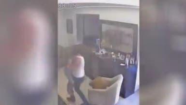 فيديو.. لبناني يهرع لحماية طفله بجسمه لحظة وقوع الانفجار