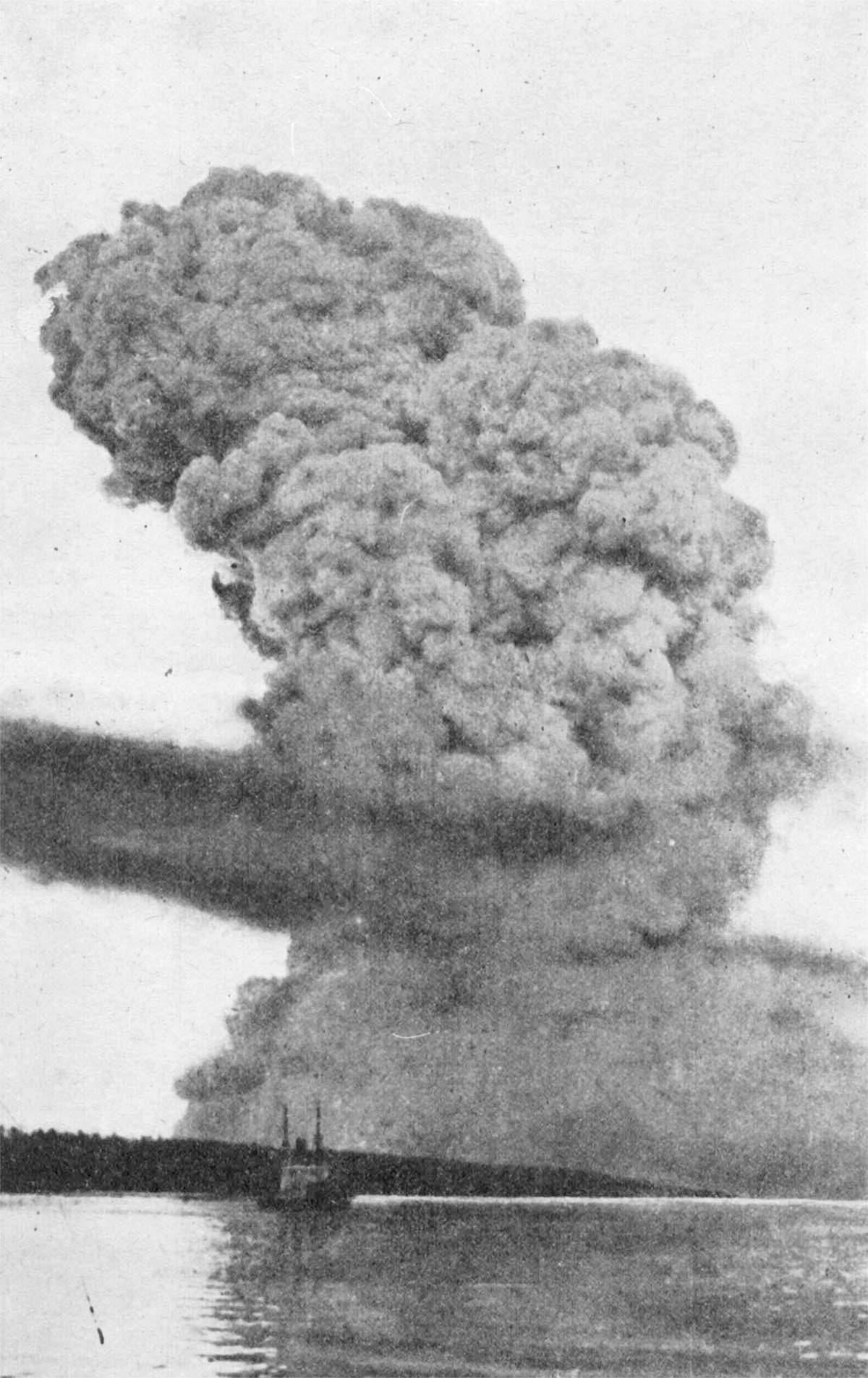 صورة للدخان المتصاعد عقب انفجار هاليفاكس