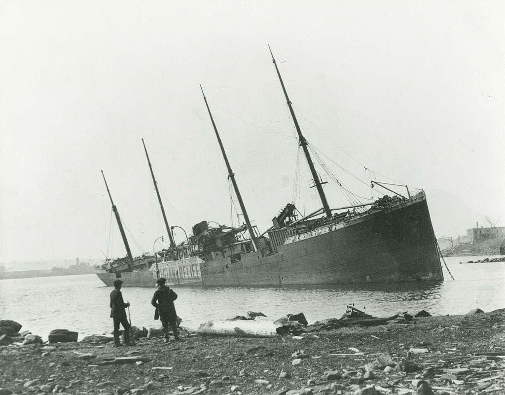 صورة للسفينة النرويجية إيمو مدمرة عقب انفجار هاليفاكس